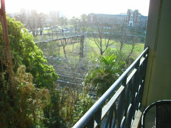 Adina Apartment Hotel South Yarra: Rail Track at Window View