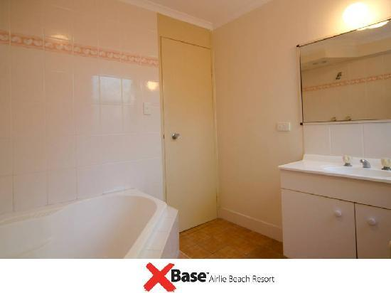 Base Backpackers Airlie Beach: Bathroom
