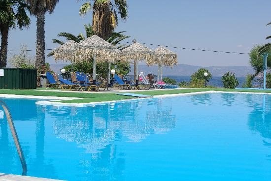 Petra, Grekland: the pool - it has a lovely poolside taverna