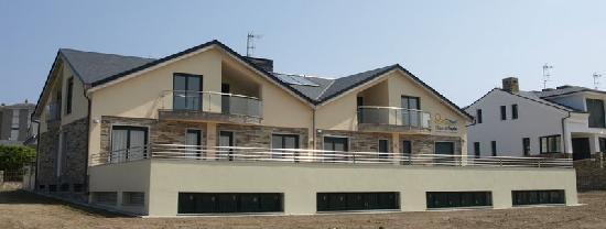Apartamentos Turisticos Playa de Tapia: Vista exterior de los Apartamentos