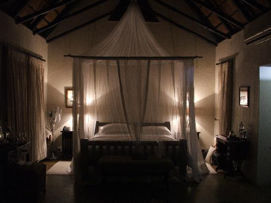 Sabi Sabi Selati Camp: Nice shot of the Bedroom at night