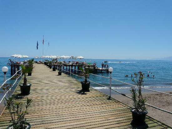 Sherwood Breezes Resort: Jetty and Sun deck - get there early!