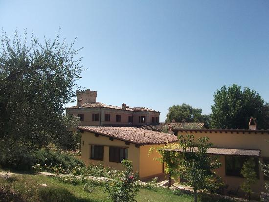 Agriturismo Fonte Sala: View from the pool to the agriturismo