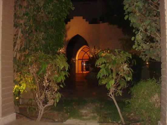Ghazala Gardens Hotel: View of walkway around hotel from our ground floor suite