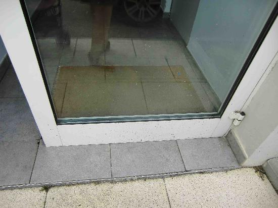 Ruby Suites Quartier Les Halles : Suciedad en las puertas
