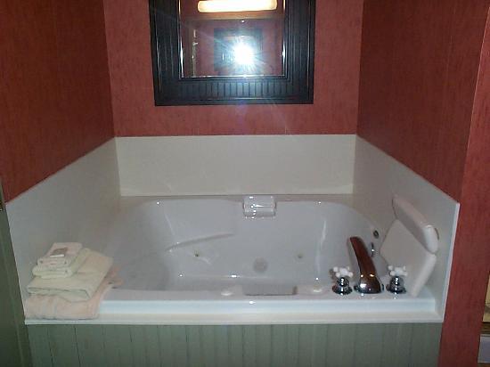 Essenhaus Inn & Conference Center: jacuzzi tub
