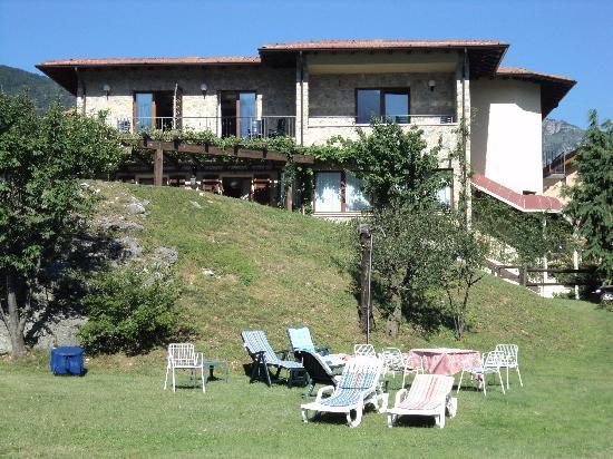 Hotel Villa Selene: The hotel and spacious garden.