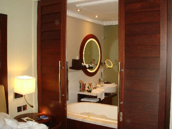 s paration salle de bain chambre photo de sofitel dubai jumeirah beach duba tripadvisor. Black Bedroom Furniture Sets. Home Design Ideas