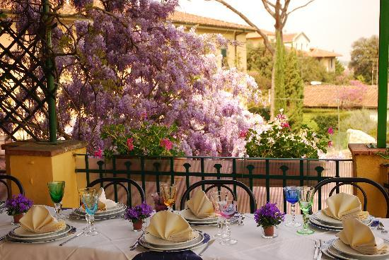 Tavolo sulla Terrazza con glicine in fiore - Picture of La Terrazza ...