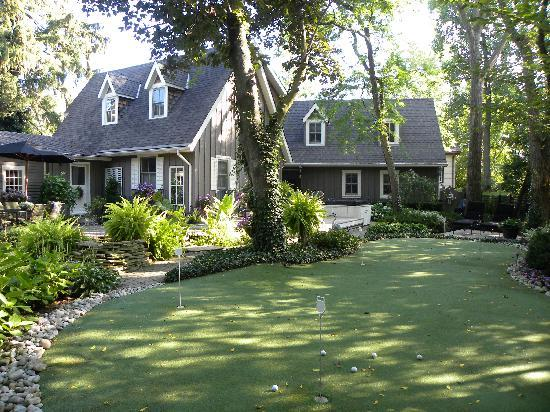 Historic Davy House B&B Inn: putting green in back yard