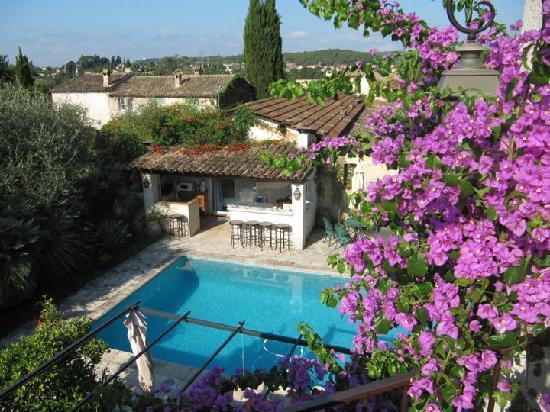Le Mas Saint Antoine : Pool area and garden