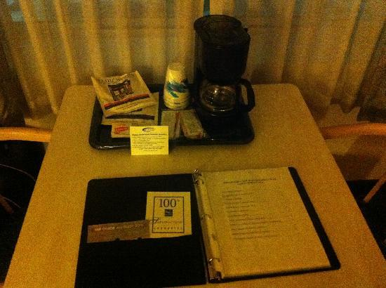 Quality Inn & Suites Millville: Desk/Work Space