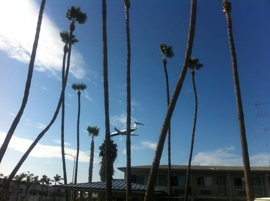 Motel 6 San Diego Airport - Harbor: I could wave at the pilot!