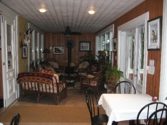 La Maison Aorhenche : Porch guest lounge area