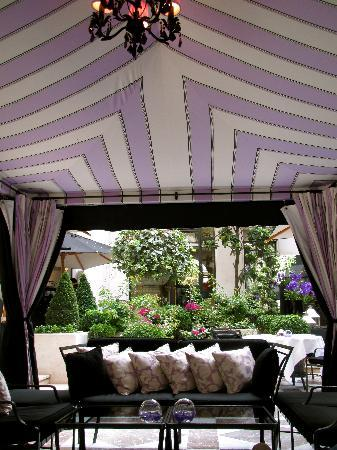 Four Seasons Hotel George V: Gorgeous outdoor courtyard