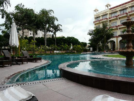 Le Meridien Jaipur Resort & Spa: Piscina