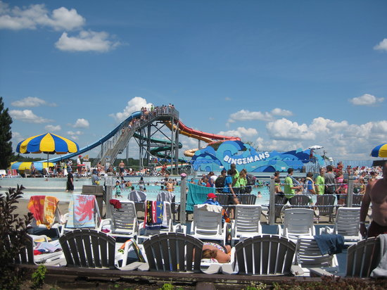 Kitchener, Canada: Pool and slides at Bingemans