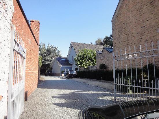 Guest House De Bleker: Einfahrt / Parkplätze