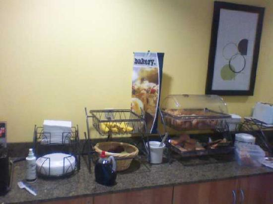 Microtel Inn and Suites by Wyndham Enola/Harrisburg : Breakfast buffet