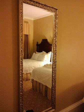 Mirror view of room picture of the roosevelt new orleans for Mirror hotel