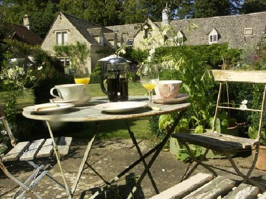 Shipton Grange House: Breakfast in the garden what could be nicer