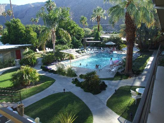 The Chase Hotel of Palm Springs: Pool area evening