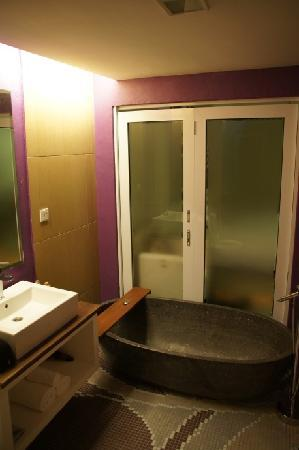 Batik Boutique Hotel: Our bathroom.