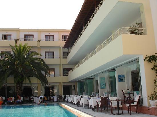 La Piscine Art Hotel: poolside dining