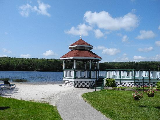 Inn on the Lake: Gazebo and beach