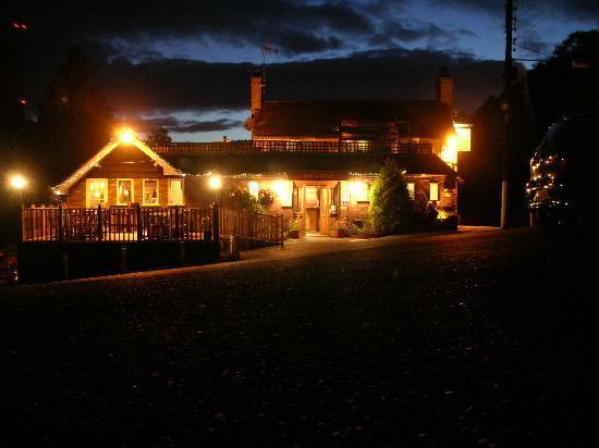 Meadow Inn & Steakhouse: Meadow Inn after dark