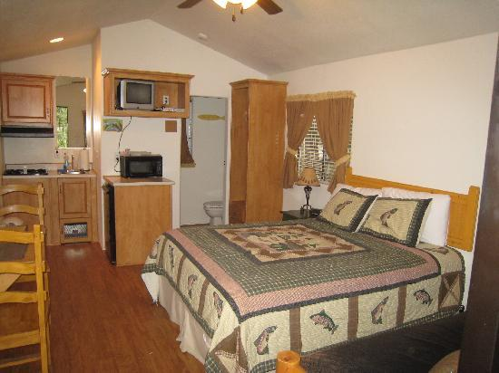 Blue Spruce RV Park & Cabins: Shooting Star Cabin Kitch/Bed/Bath
