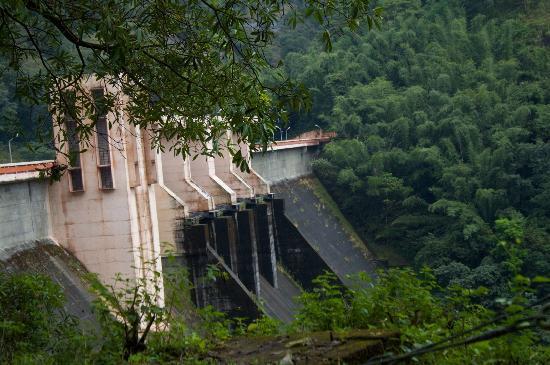 Idamalayar Dam: Photos of the Dam and Reservoir