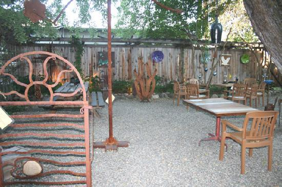 Methow Valley Inn: Courtyard with Local Artwork