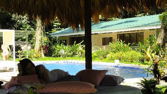 VIP Hotel Playa Negra: Leyendo relajadamente en el rancho de paja