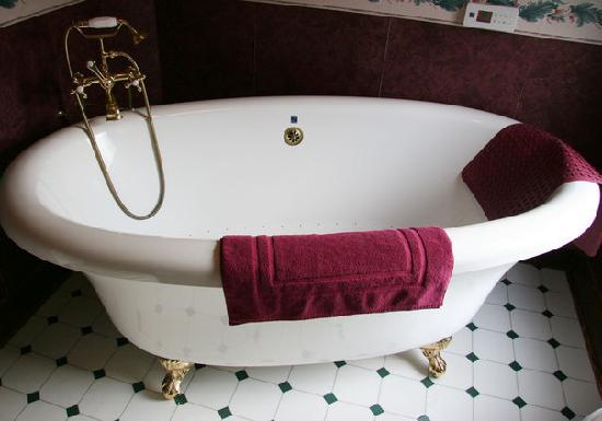 Three Sisters Inn: Tub in Papa's Grand Ole Room