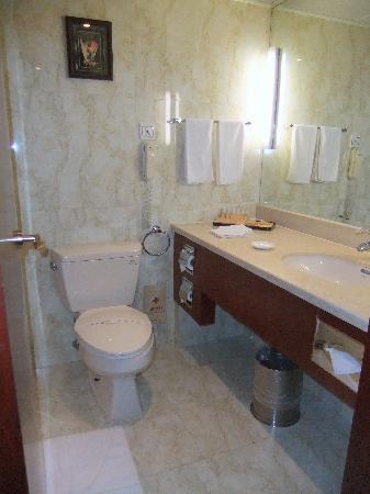 Vienna Hotel (Shanghai Xujiahui Hengshan Road): bath