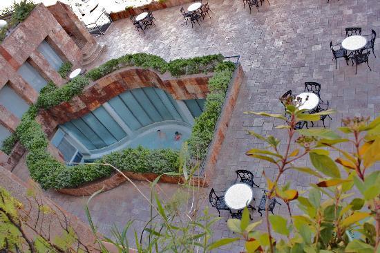 Balneario TermaEuropa Arnedillo: Zona externa de piscina termal vista desde mi terraza