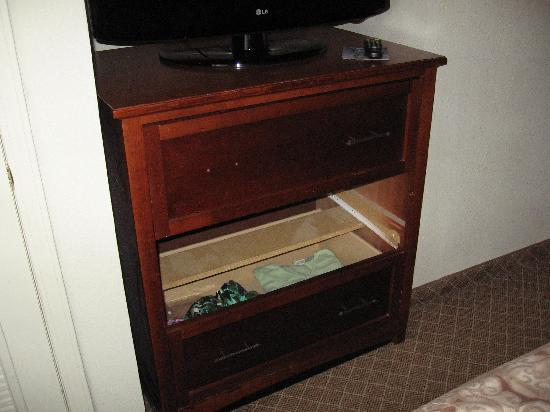 Staybridge Suites Cranbury: bureau, day one (note missing drawer pull and missing drawer)