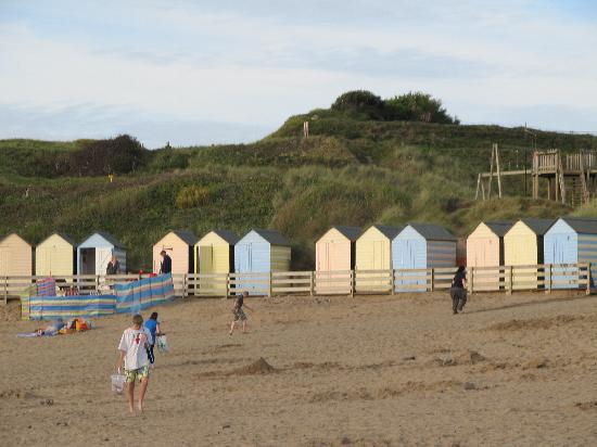 Bamham Farm Cottages: Beach huts at Summerleaze.