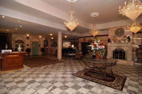 Best Western Big Bear Chateau: Our gracious lobby area