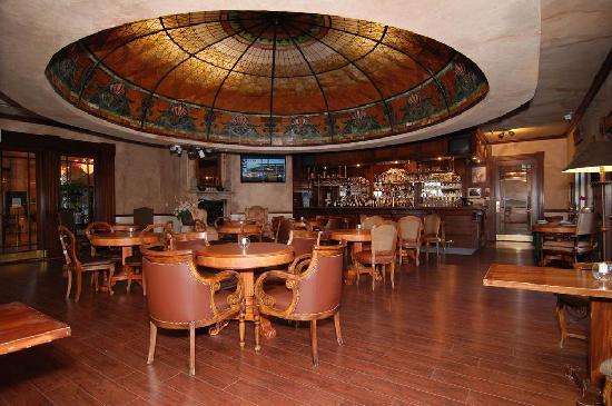 Best Western Big Bear Chateau: The elegant Tiffany Lounge
