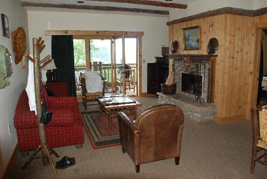 The Lodge at Buckberry Creek: Homely living room with lovely fire