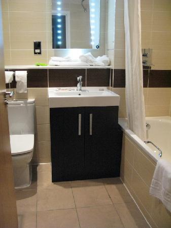 Milford Hall Hotel and Spa: Baño de la habitación