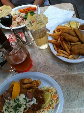 Gananoque, Kanada: Garlic Shrimp, Chicken Fingers and Toscana Snitzel