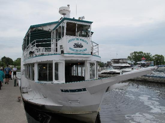 Liftlock and The River Boat Cruises: The boat