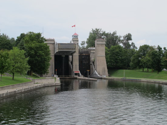 Liftlock and The River Boat Cruises: The liftlock