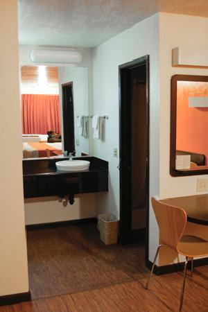Motel 6 Willows: Entry to bathroom area.