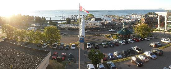 Prince Arthur Waterfront Hotel & Suites: Panoramic view of Lake Superior from our fourth-floor room