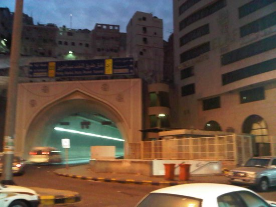 Elaf Alsud Hotel: Tunnel and road outside hotel