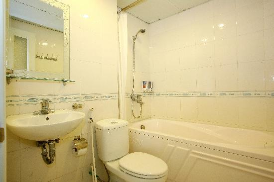 Hanoi Century Hotel: Bathrooms